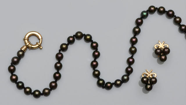 A matched black cultured pearl necklace and earstuds suite (2)