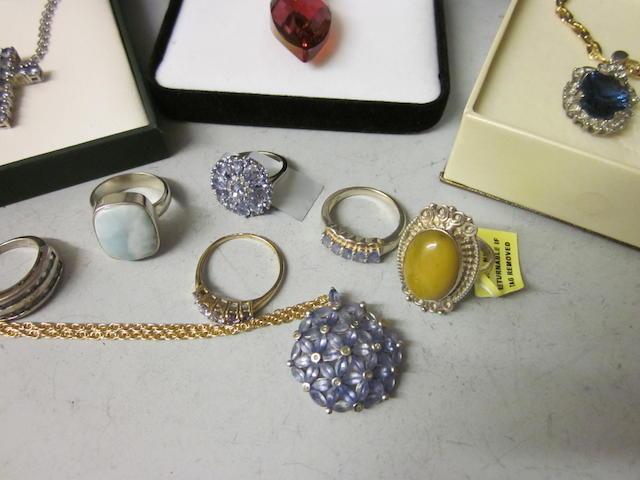 A tanzanite cluster pendant (Qty)