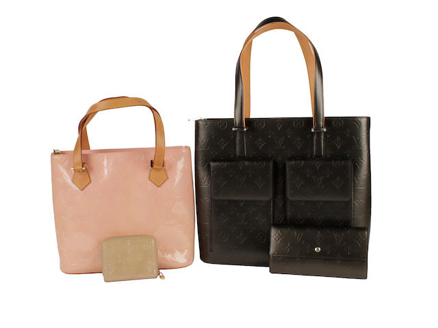Four Louis Vuitton Vernis items - a pewter monogrammed bag and purse, a pink 'Houston' monogrammed bag and beige purse (4)