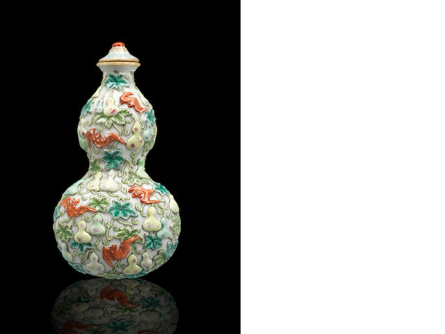 A famille rose porcelain 'double-gourd and bats' snuff bottle Qing dynasty