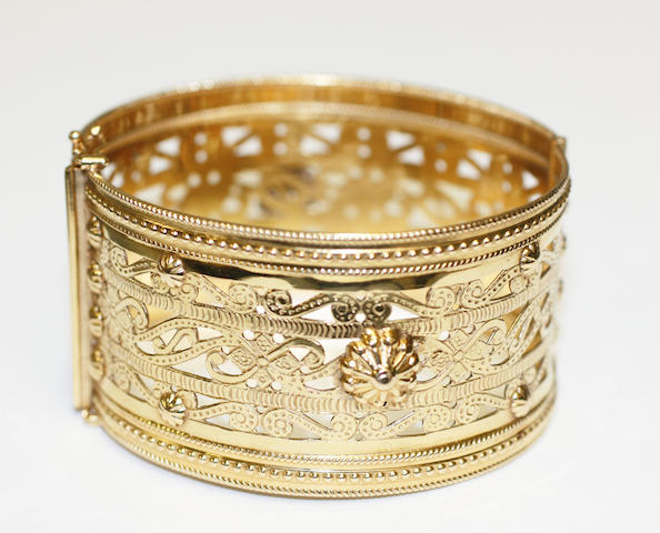 A hinged bangle