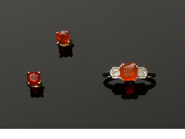 A fire opal and diamond ring and a pair of fire opal earstuds (2)