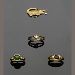 Three gem set rings and and a novelty brooch (4)