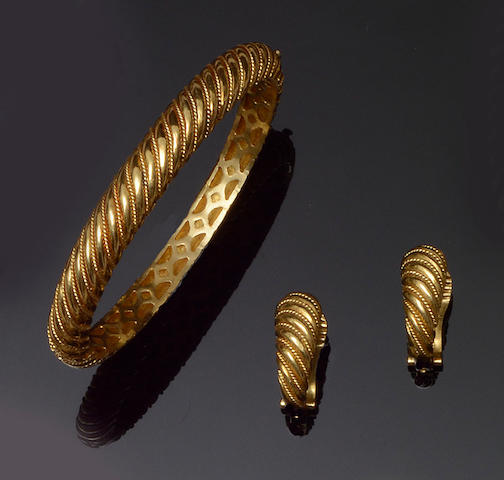 A hinged bangle and earclip suite (2)