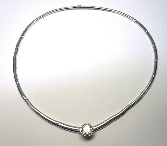 A diamond single-stone collar