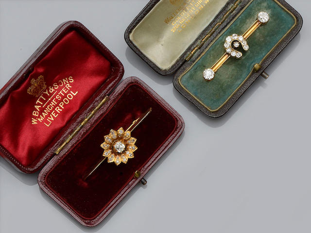 Two Victorian bar brooches (2)