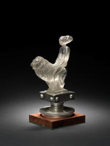 Mascotte en verre «  Fille au Lion » par Red Ashay, origine britannique, années 1930,