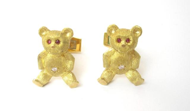 A pair of novelty cufflinks