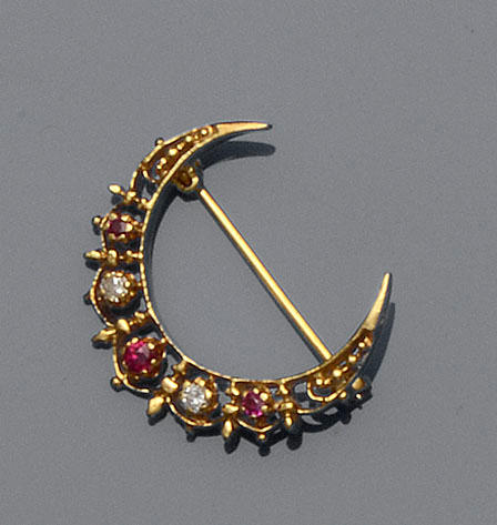 A ruby and diamond crescent brooch, a pair of citrine earstuds and a wedding ring (3)