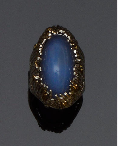 Charles de Temple: An 18ct gold and chalcedony dress ring