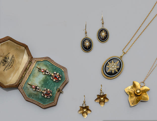 A small collection of Victorian jewellery (3)