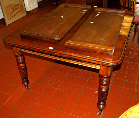 An Edwardian mahogany extending dining table