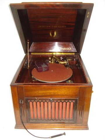 An Aeolian Vocálion Gradolá table model gramophone,