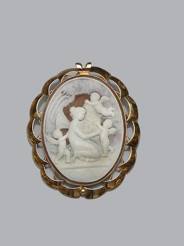 A large cameo brooch/pendant