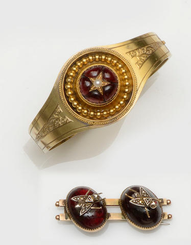 A Victorian cabochon garnet bangle and brooch (2)