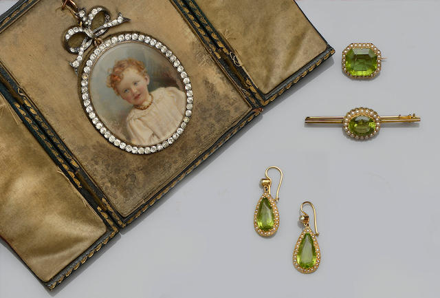 An oval paste portrait pendant and a collection of peridot jewellery (4)