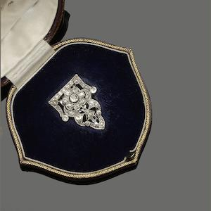 An Art Deco diamond set single clip brooch