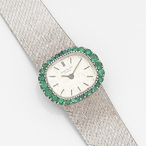 Patek Philippe. A lady's 18ct white gold and emerald set manual wind bracelet watchRef:3394/1, Case No.2682160, Movement No.1240486, Circa 1970