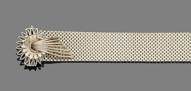 A jarretière bracelet,