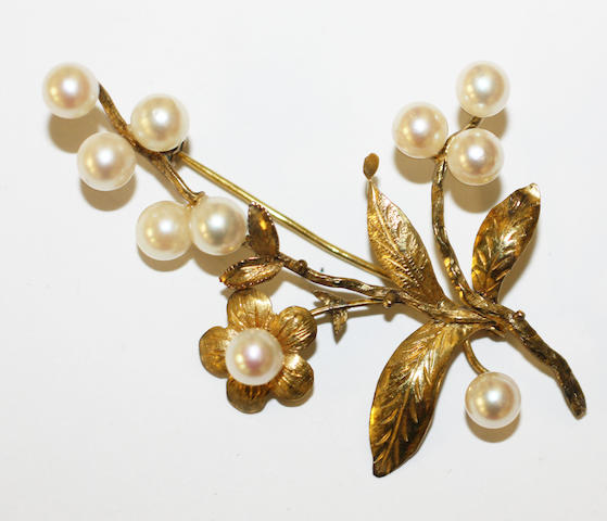 A cultured pearl brooch,