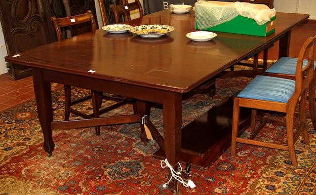 A mahogany extending dining table, early 20th Century