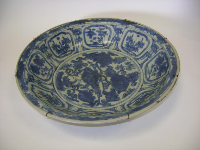 A blue and white dish Ming/Qing Dynasty