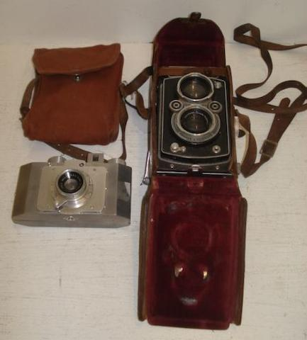 Rolleiflex camera no. 1061310 with Carl Zeiss lens in a leather caseand a Gallus Paris camera in a cloth case. (2)