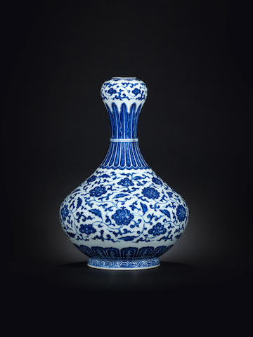 A Ming-style blue and white garlic-head vase 18th century