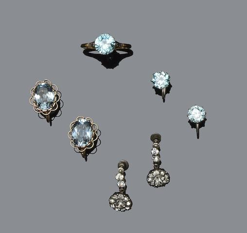 A collection of jewellery (5)