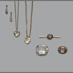 A collection of jewellery (8)