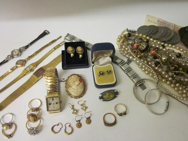 An 18 carat gold diamond cluster ring,  (Qty)