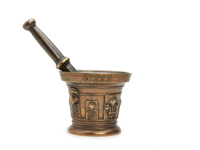 An early 18th century brass alloy mortar, French, dated 1723, cast with the name 'I. CHOLOUX'
