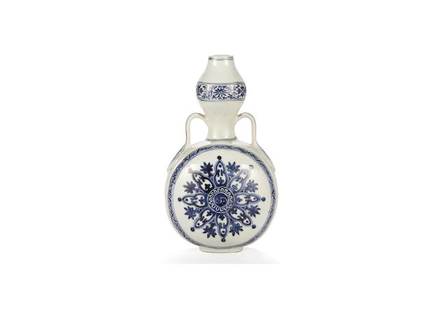 A Chinese blue and white moonflask, late 17th/early 18th century
