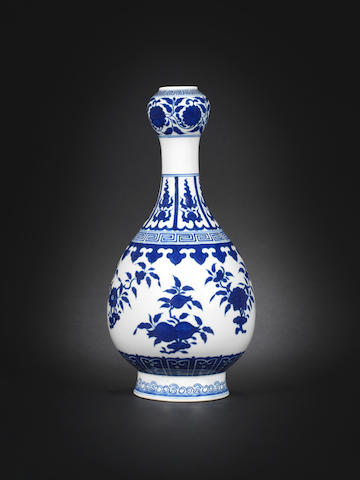 A blue and white garlic-head vase Qianlong seal mark, 19th century