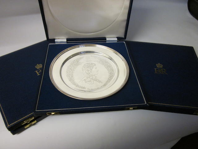 A set of three Silver Jubilee commemorative salvers by Robets and Dore, London 1977  (3)