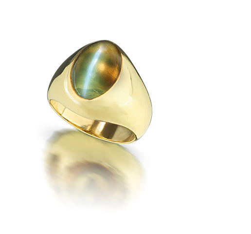 A cat's eye chrysoberyl ring