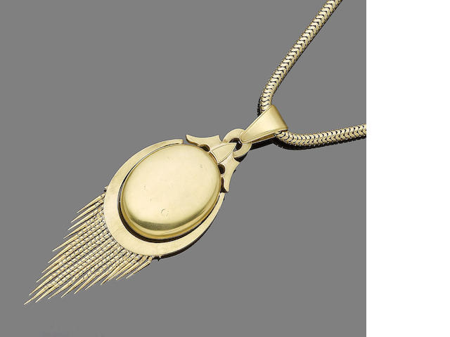 A locket pendant necklace