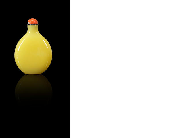 A pale yellow glass snuff bottle Attributed to the Imperial glassworks, Beijing, 1720-1840
