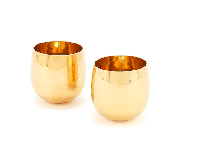 A pair of 22 carat gold tumbler cups by D Lacy-Hulbert, Sheffield 1972
