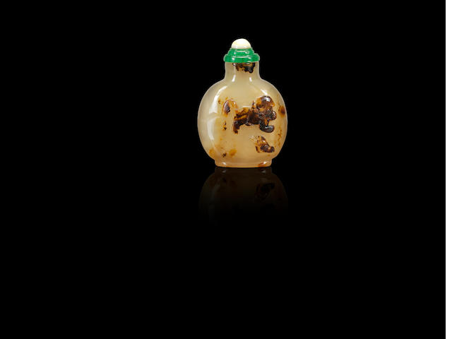 A carved agate 'Buddhist lion' snuff bottle Mid Qing dynasty