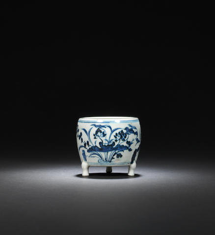 A blue and white 'aquatic' incense burner Ming dynasty