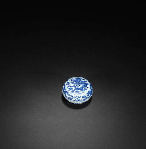 A blue and white 'dragon' box and cover Qianlong