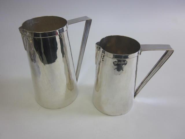 Two 20th century Italian silver graduating ewers by Guscelli & Passeri di Brandimarte, Florence 1973  (2)