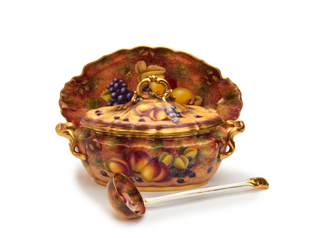A Royal Worcester fruit-painted tureen, painted by Derek Shinnie Circa 1970