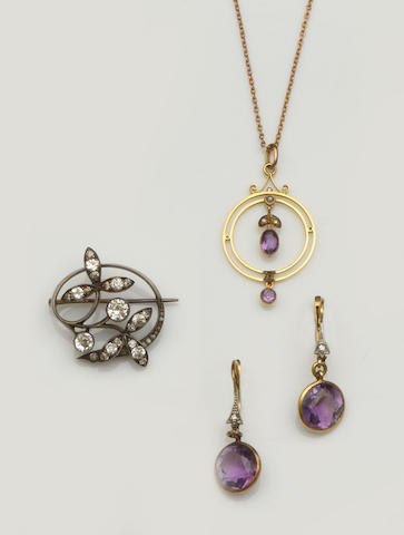 A small collection of jewellery (3)