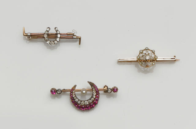 A pair of cultured pearl earstuds and three brooches (4)