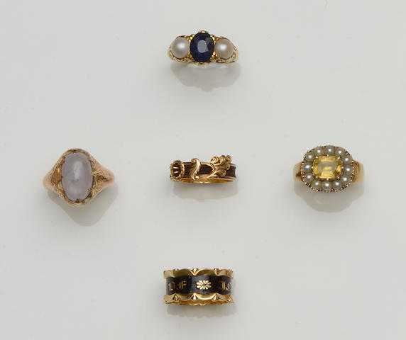 A collection of antique and later rings (14)