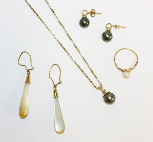 A small collection of jewellery, (Qty, 5)