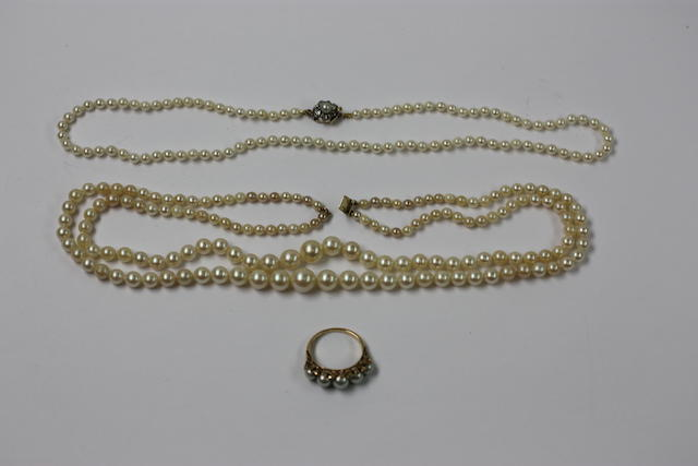 A small collection of jewellery, (3)