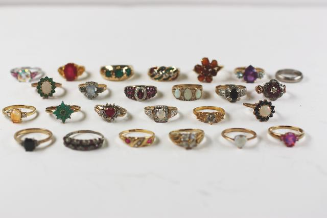 19 assorted gem set rings, (25)